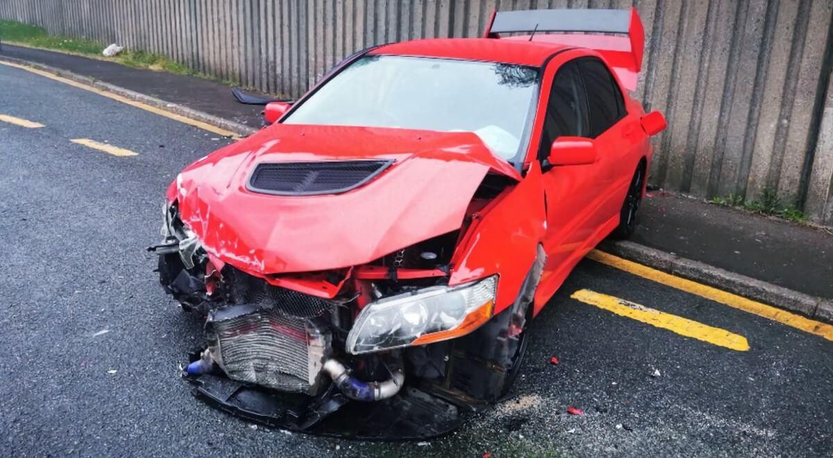 Автомобиль Mitsubishi Lancer Evolution после аварии