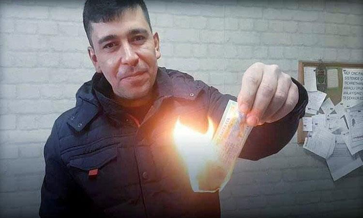 Эсат Шахан сжигает лотерейный билет