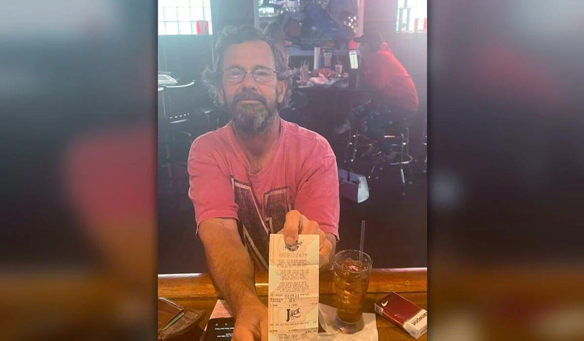 Грегори Джарвис с лотерейным билетом