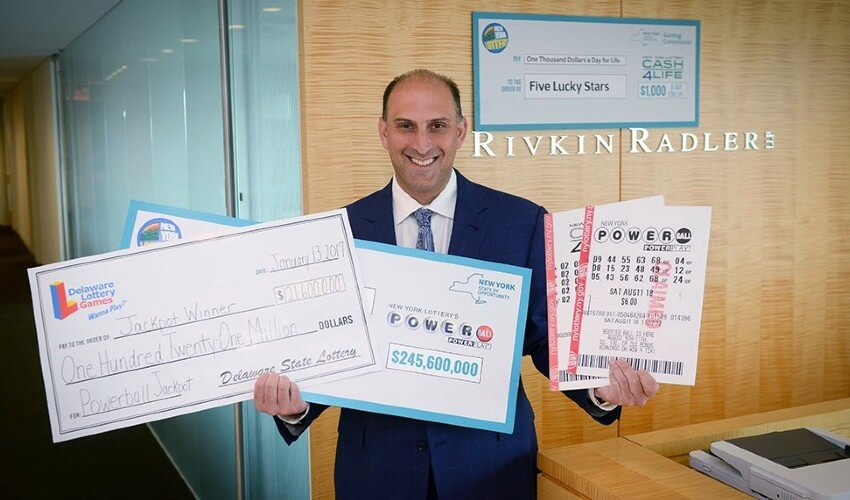 Джейсон Курланд с двумя чеками на 367 миллионов долларов