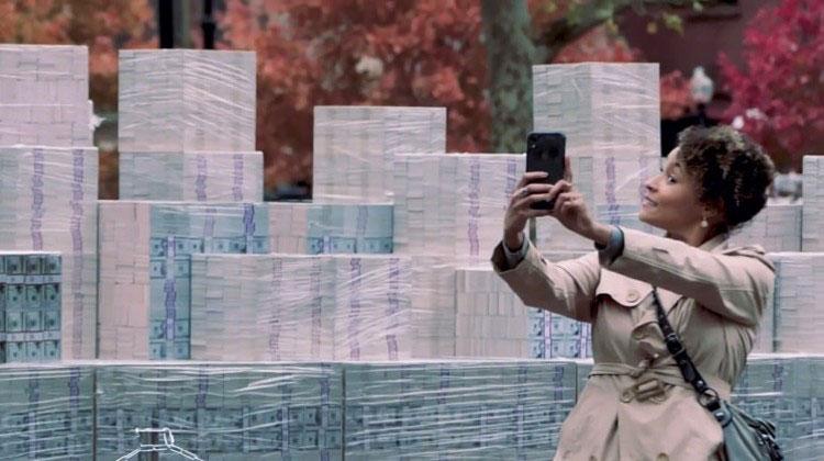 Селфи на фоне миллиарда долларов США