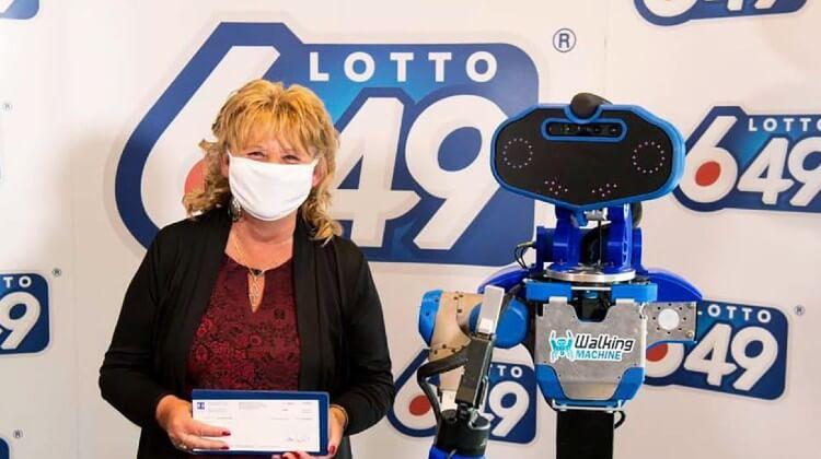 Робот SARA вручает лотерейный выигрыш