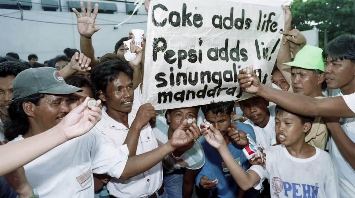 Надпись на плакате: «Coke adds life. Pepsi adds lie!»
