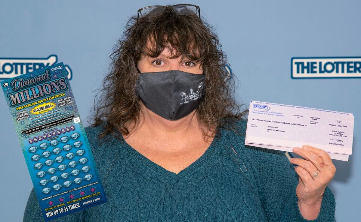 Леа Роуз Фиега с чеком и билет лотереи «Diamond Millions»